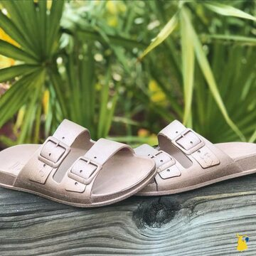 From the beach to the jungle 🦜🌴 . . . . #mycacatoes #frombrazilwithlove #picoftheday #summer #beachlife #sandals #instagood #fun #fashion #style #beachwear #summeroutfit #flipflops #holidays #instamood #happyfeet #summervibes #footprints #candyscented