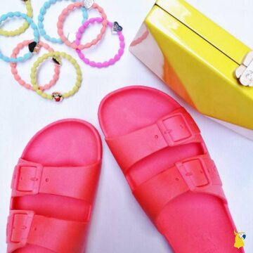 Colorful minds and sandals 🌈 . . . . #mycacatoes #frombrazilwithlove #picoftheday #summer #beachlife #sandals #instagood #fun #fashion #style #beachwear #summeroutfit #flipflops #holidays #instamood #happyfeet #summervibes #footprints #candyscented #bahia #pink #fluo