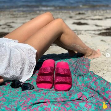 Glitter lover ✨💖 📸 @thisseason.dk  . . . . #mycacatoes #frombrazilwithlove #picoftheday #summer #beachlife #sandals #instagood #fun #fashion #style #beachwear #summeroutfit #flipflops #holidays #instamood #happyfeet #summervibes #footprints #candyscented #trancoso #glitter #pink