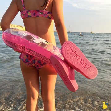 Beach days are the best 😎🌊 . . . . #mycacatoes #frombrazilwithlove #picoftheday #summer #beachlife #sandals #instagood #fun #fashion #style #beachwear #summeroutfit #flipflops #holidays #instamood #happyfeet #summervibes #footprints #candyscented #beach #rose #pink
