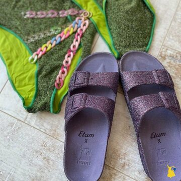 Who's got our sandals with @etam ? 🙋🏻♀️💜 📸 @julae_bijoux  . . . . #mycacatoes #frombrazilwithlove #picoftheday #summer #beachlife #sandals #instagood #fun #fashion #style #beachwear #summeroutfit #flipflops #holidays #instamood #happyfeet #summervibes #footprints #candyscented #etam #trancoso #parme