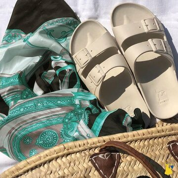 Try to catch the horizon with your belo horizonte 🤍 . . . . #mycacatoes #frombrazilwithlove #picoftheday #summer #beachlife #sandals #instagood #fun #fashion #style #beachwear #summeroutfit #flipflops #holidays #instamood #happyfeet #summervibes #footprints #candyscented