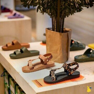 Throwback on our pop store at @lebonmarcherivegauche  📸 @lebonmarcherivegauche  . . . . #mycacatoes #frombrazilwithlove #picoftheday #summer #beachlife #sandals #instagood #fun #fashion #style #beachwear #summeroutfit #flipflops #holidays #instamood #happyfeet #summervibes #footprints #candyscented